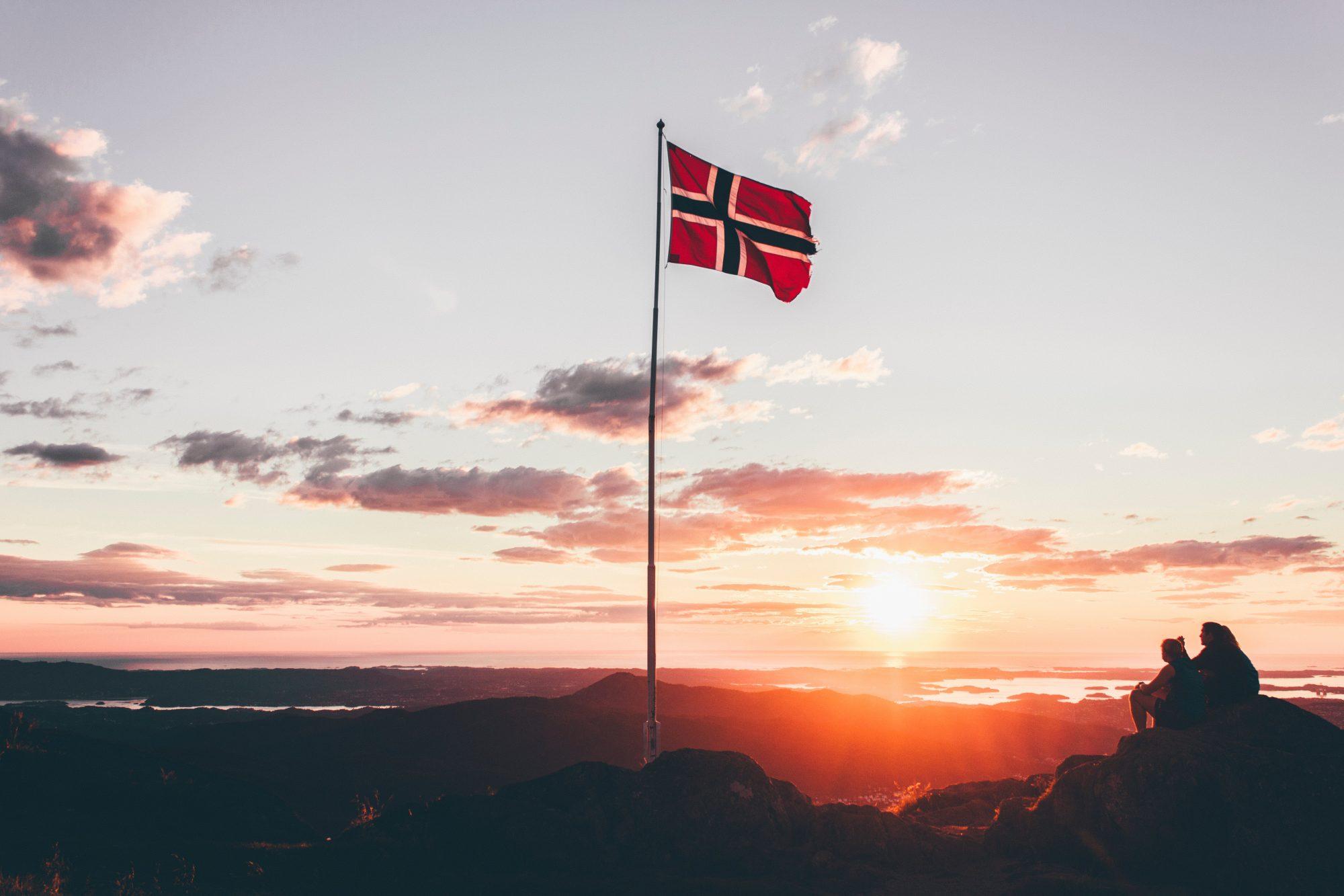 Die Flagge von Norwegen im Abendlicht