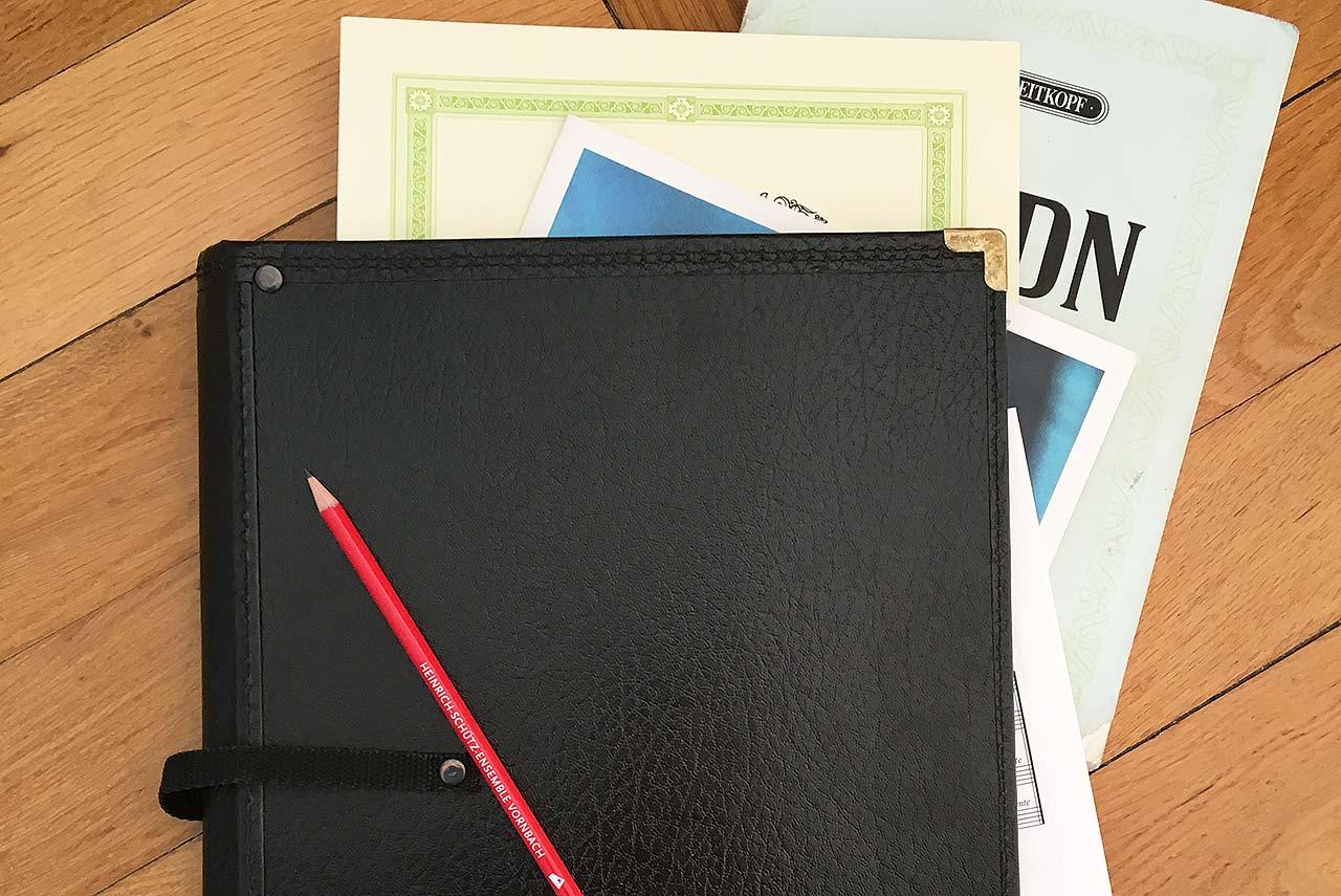 Schwarze Notenmappe mit HSE-Bleistift
